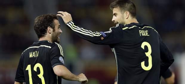 Mata y Piqué celebran el gol de España ante Macedonia.