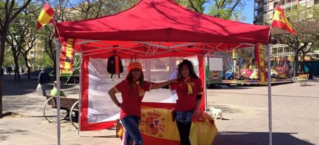 Las dos chicas agredidas en la carpa de apoyo a la selección española en Barcelona.