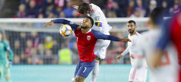 Sergio Ramos lucha por un balón con Joshua King